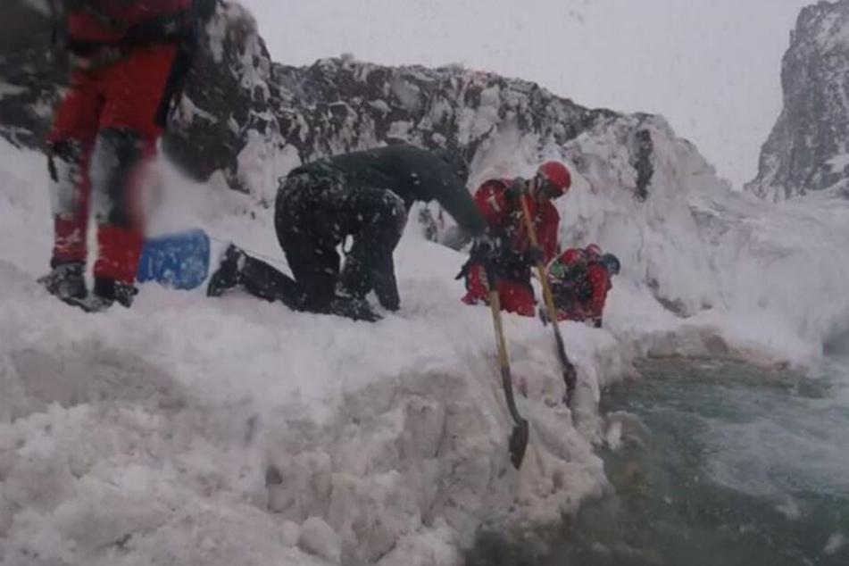 Dieses Bild - veröffentlicht von der isländischen Polizei - zeigt Rettungskräfte im Einsatz.