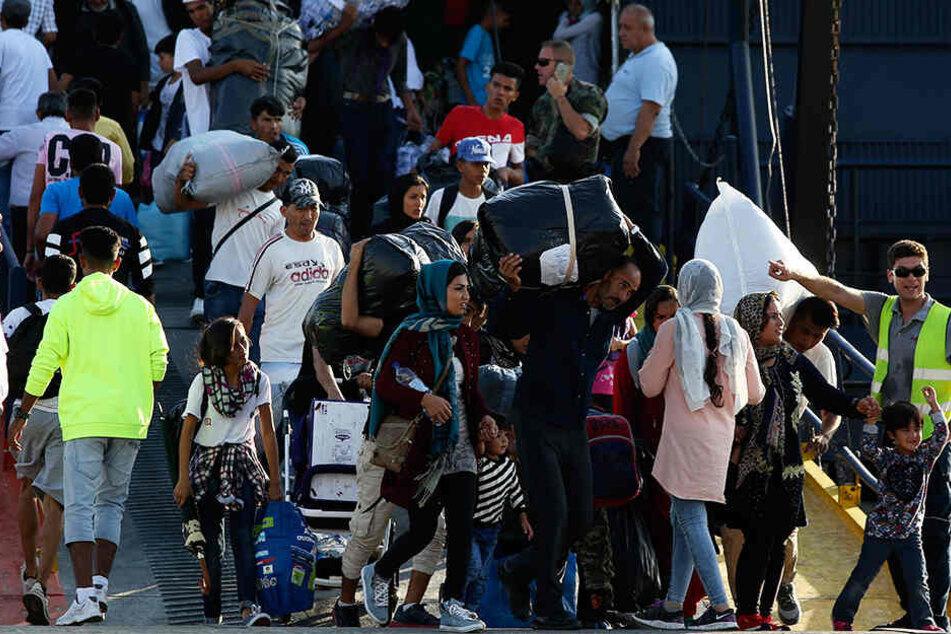 Griechenland, Thessaloniki: Migranten treffen im Hafen ein. Um die überfüllten Flüchtlingslager im Osten der Ägäis zu entlasten, hat die griechische Regierung damit begonnen, Hunderte Migranten aufs Festland zu bringen.