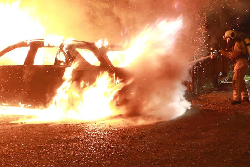Feuerwehrleute mussten die gewaltigen Flammen löschen.