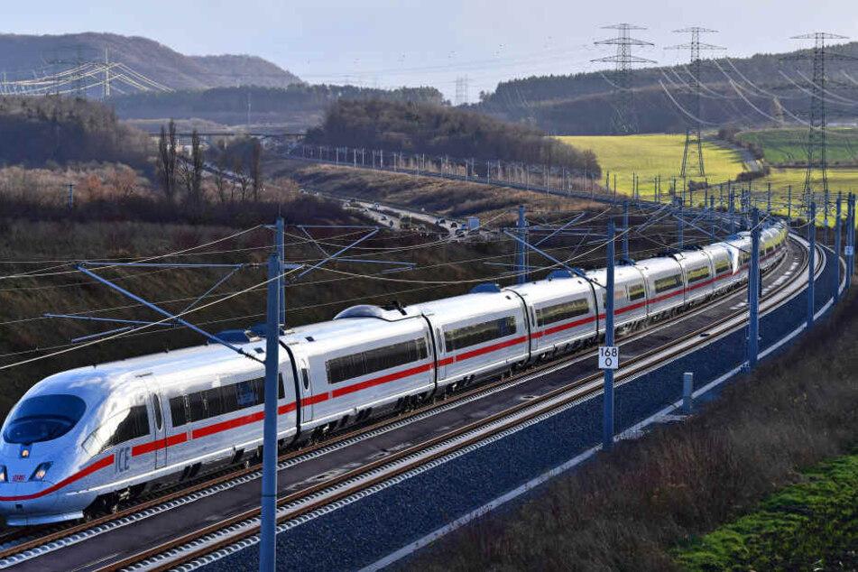 Erst nach dem Absuchen der Gleise konnte der ICE seine Fahrt fortsetzen. (Symbolbild)