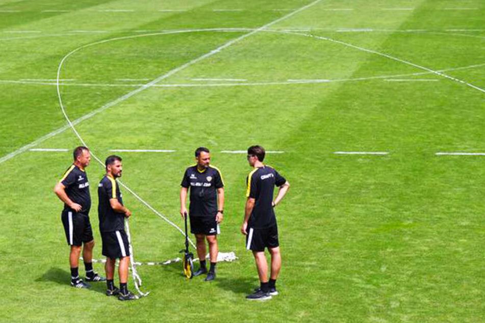 Cristian Fiel (Zweiter von links) und sein Team bei der Vorbereitung des Trainings.