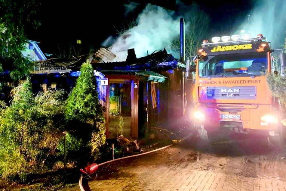 Wohnhaus brennt lichterloh! Feuerwehr kämpft ganze Nacht gegen Flammen