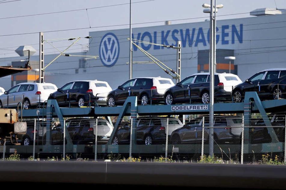 Neue Volkswagen warten am VW Werk in Zwickau auf den Abtransport.