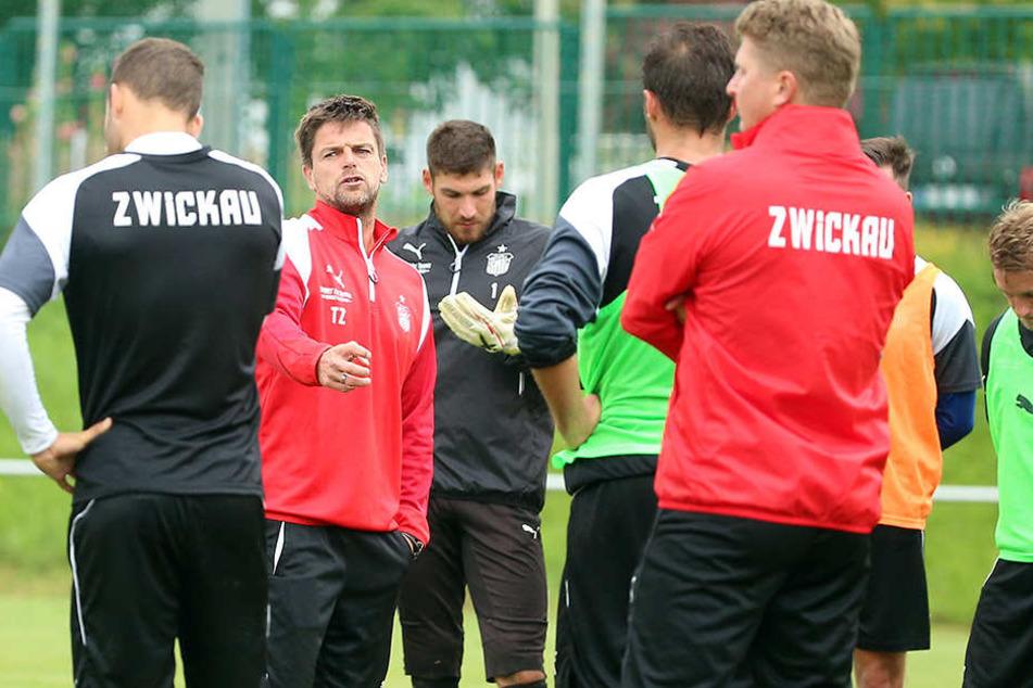 Die Trainingsleistungen stimmen, sagt FSV-Coach Torsten Ziegner (2.v.l.).