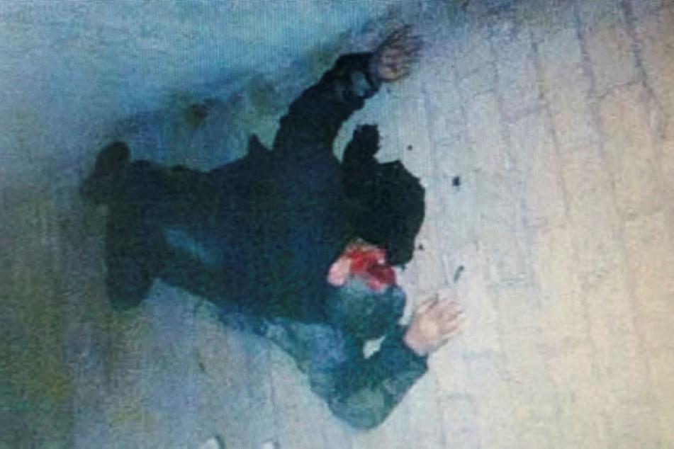 """Das Beweisfoto für einen Auftragsmord, den es nie gab. Das """"Opfer"""" liegt in einer Blutlache aus Ketchup. Jetzt steht der hier liegende Mann selbst unter Mordverdacht."""