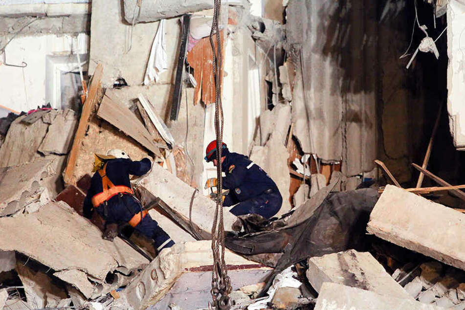 In dem eingestürzten Mehrfamilienhaus werden noch immer viele Bewohner vermisst.