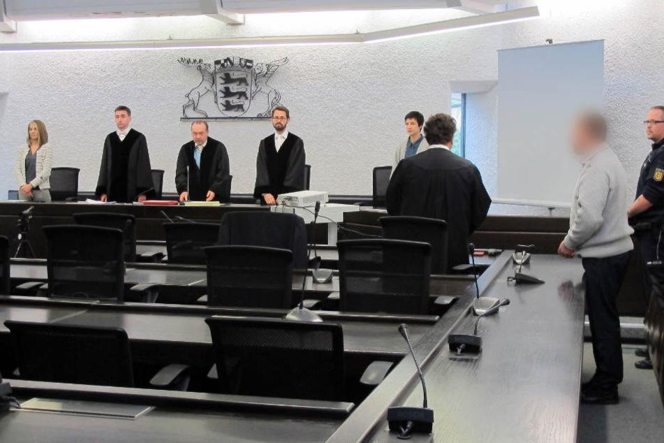 Der Feuerwehrmann (rechts) am Donnerstag vor Gericht.