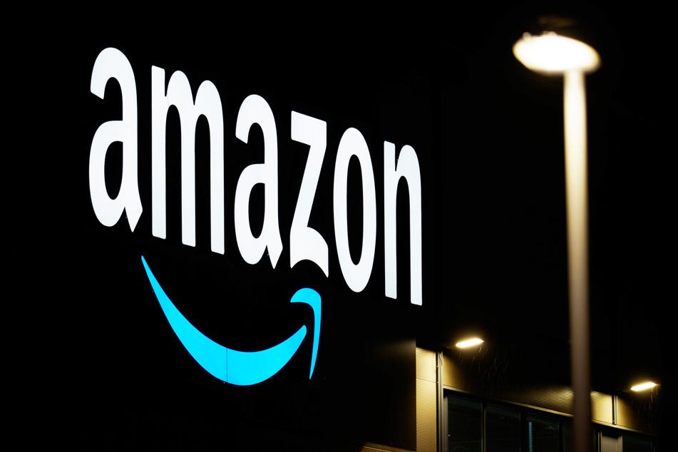 Der Schriftzug des Unternehmens an einem Sortierzentrum des Versandhandels Amazon.