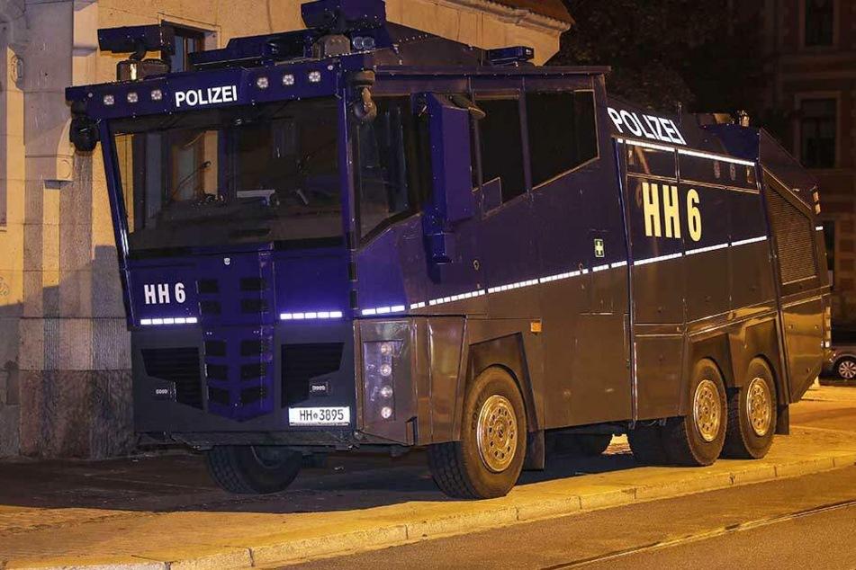 Dresden: Riesiger Wasserwerfer steht nachts in Dresden rum, doch wo ist der Fahrer?