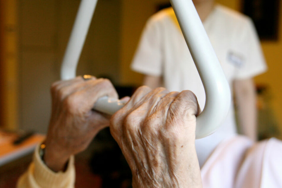 Grausam! Altenpfleger misshandeln Heim-Bewohner