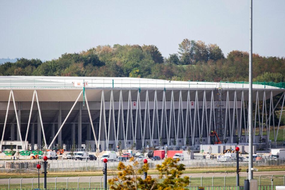 Der Stadionneubau des Sportclub (SC) Freiburg steht nahe dem Flughafen.