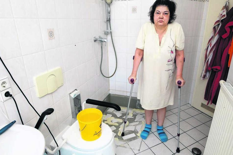 Die schwerkranke Monika Zabel (56) ist mit den Nerven am Ende. Die Dusche ist seit Mitte Dezember zerlegt, auf die Toilette traut sich die Familie längst nicht mehr.
