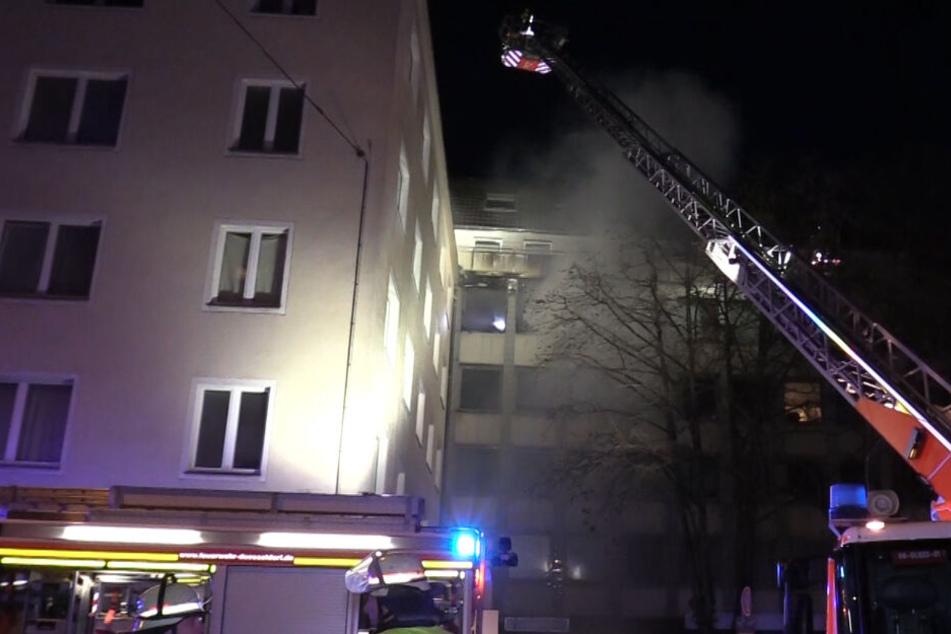 Ein Löschrohr der Feuerwehr kam von außen über die Drehleiter zum Einsatz.