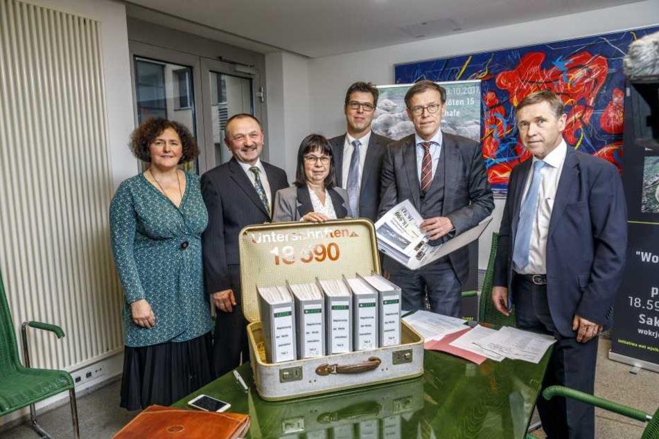 Gabriele und Georg Lebsa (l.) übergeben ihre Petition an Landtagspräsident Matthias Rößler (62, CDU, 2.v.r.). Neben ihnen die Vorsitzende des Petitionsauschusses, Kerstin Lauterbach (3.v.l.).