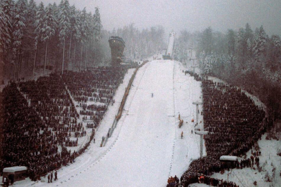 Der Höhepunkt in der langen Geschichte der Aschbergschanze, die am 1. Februar vor 60 Jahren eingeweiht wurde: Am 17. Januar 1986 fand ein Weltcupspringen statt. Den Sieg des Finnen Matti Nykänen sahen 33000 Zuschauer.