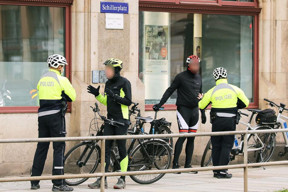 Wer auf dem Fußweg über die Brücke fährt, wird von der Polizei aus dem Verkehr gezogen.