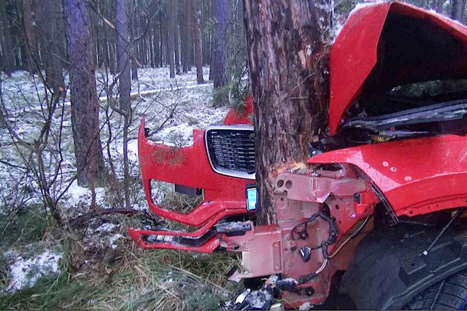 Schwerer Schnee-Crash: Vollbesetzter Volvo kracht gegen Baum