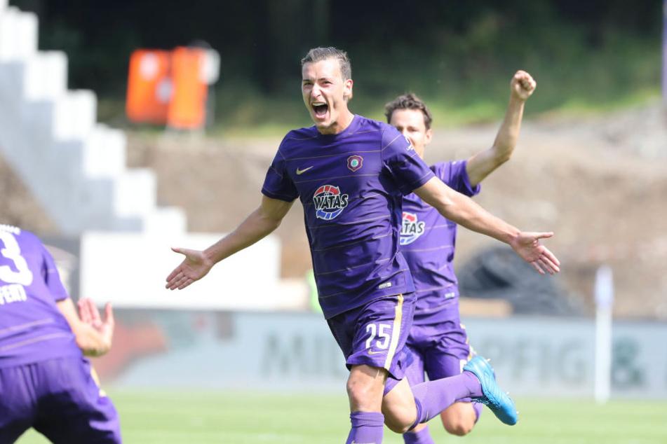 Dominik Wydra (25, Aue) erzielt den Treffer zum 1:0 und jubelt.
