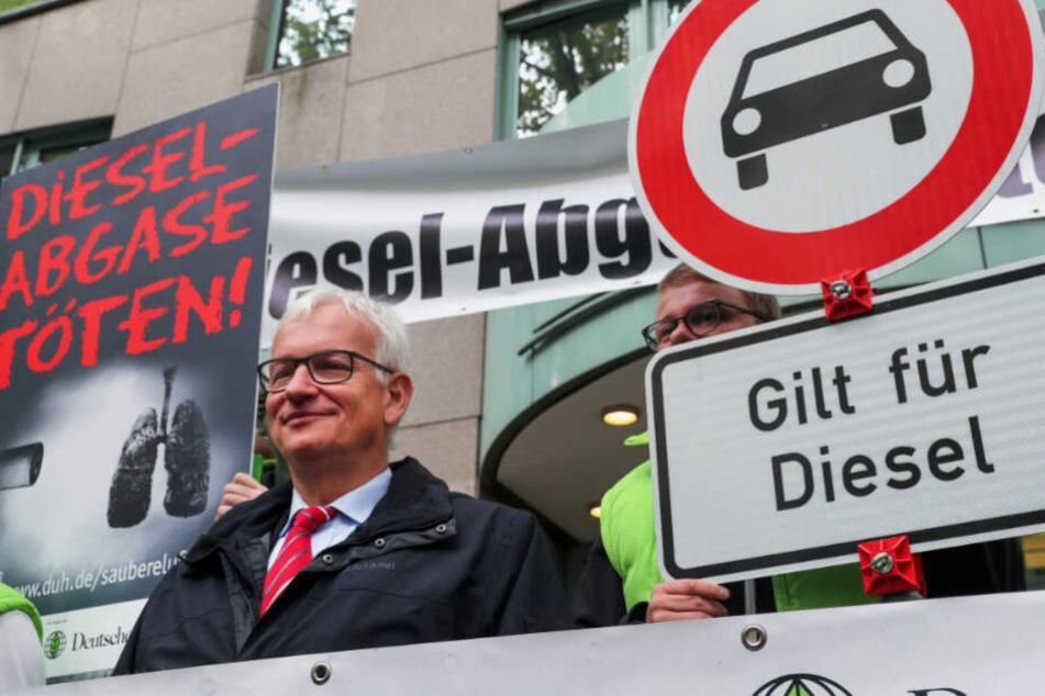 Jürgen Resch (l.), der Bundesgeschäftsführer der Deutschen Umwelthilfe (DUH), steht vor Beginn der mündlichen Verhandlung mit Umweltschützern vor dem Verwaltungsgericht in Berlin am 9.10.2018.