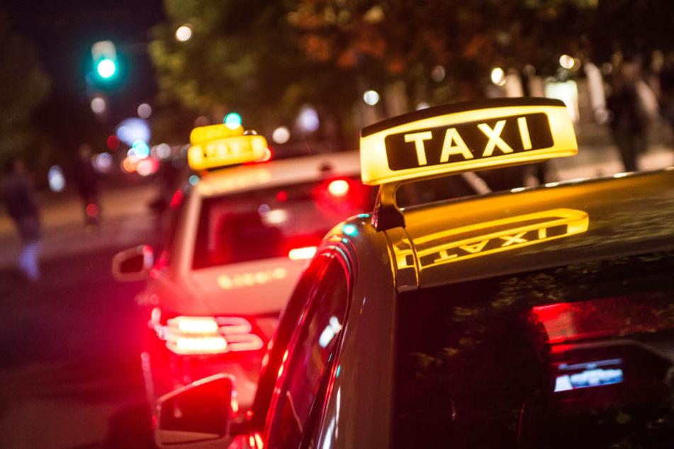 Taxifahrer will Fahrgast Handy wegnehmen, der greift ihn an