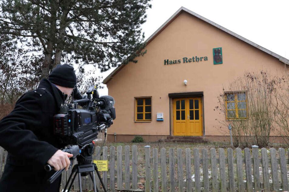 Ein Kameramann filmt das Haus in dem ein 53-jähriger Angeklagter eine junge Frau zu Tode gefoltert haben soll.