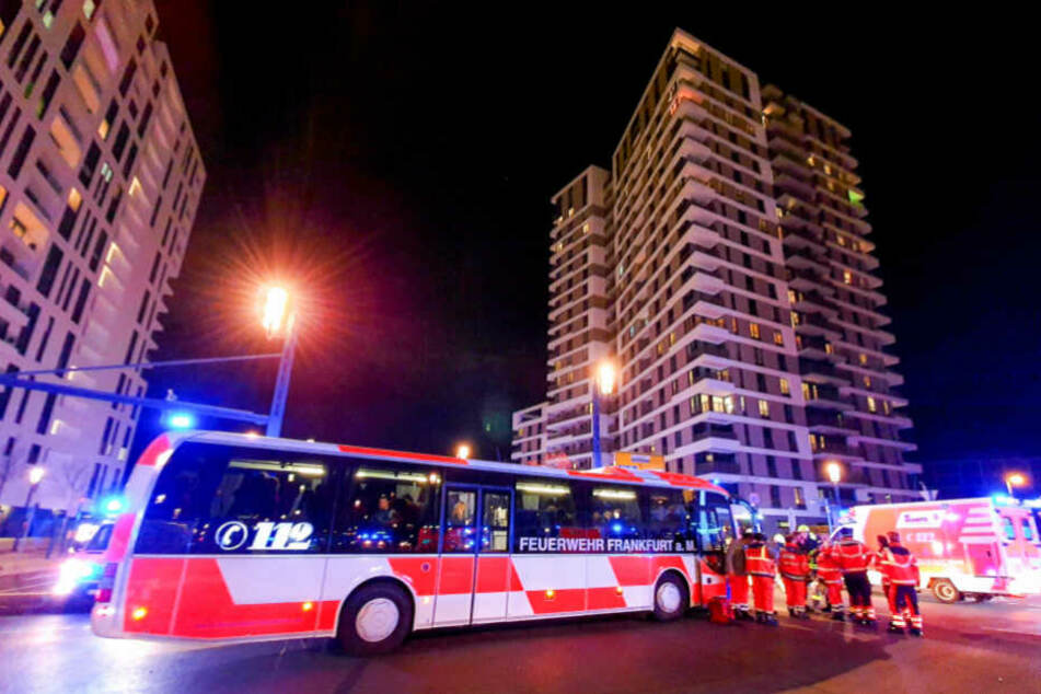 Die Feuerwehr rückte unter anderem mit einem ganzen Bus an.
