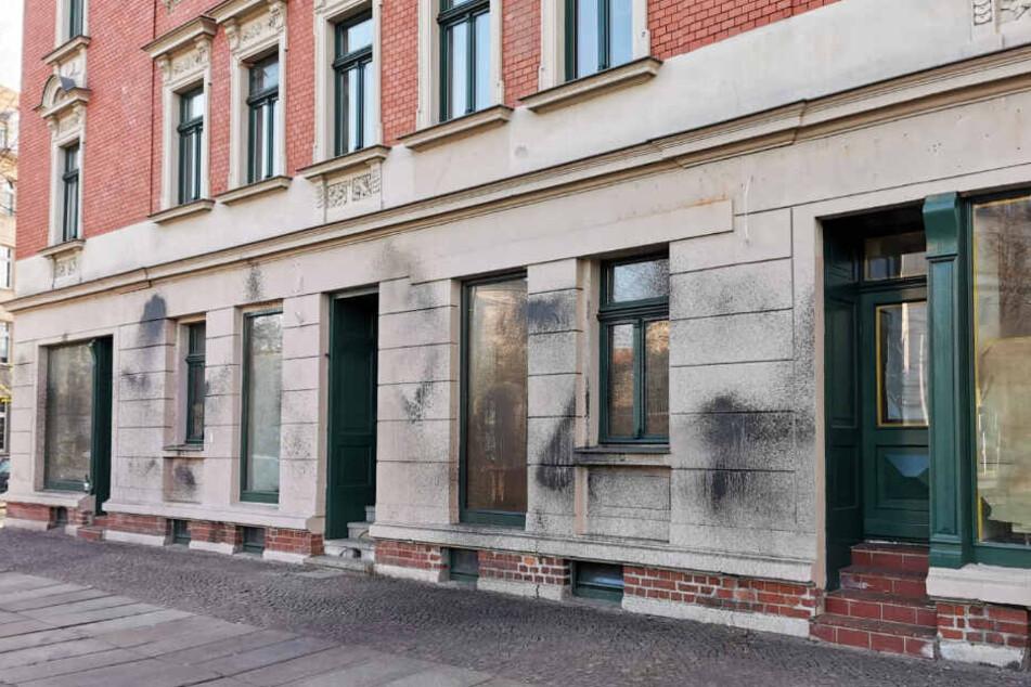 Die Ladenfassade in der Arno-Nitzsche-Straße wurde mit Farbe beschmiert.