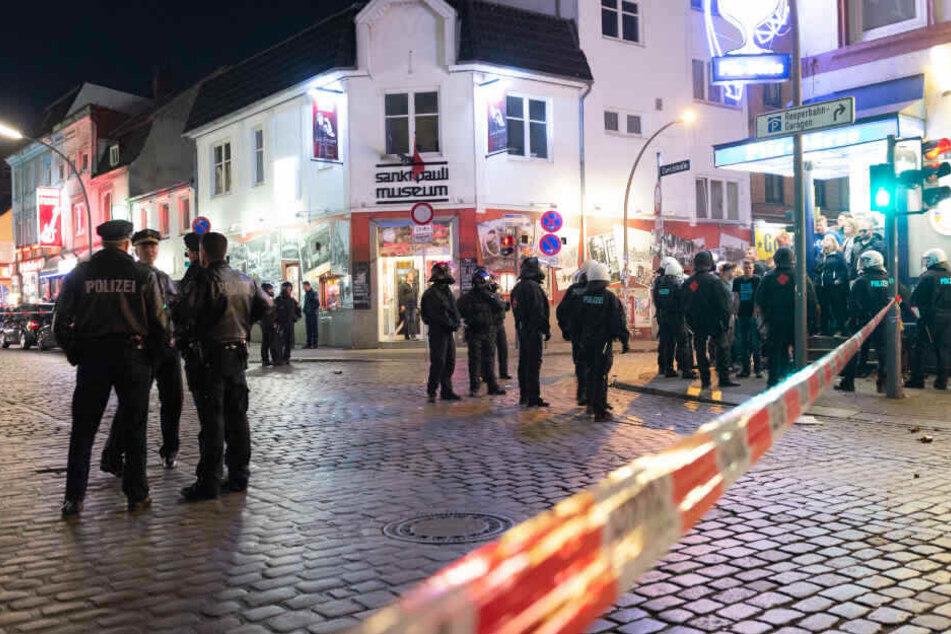 Die Polizei sperrte den Bereich rund um die Reeperbahn ab.