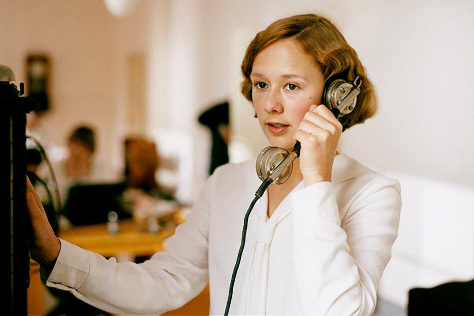 Astrid Lindgren telefoniert während ihrer Ausbildung zu Sekretärin in Stockholm