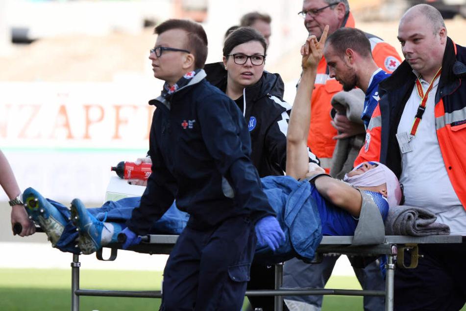 Dirk Carlson wird verletzt vom Platz gebracht.