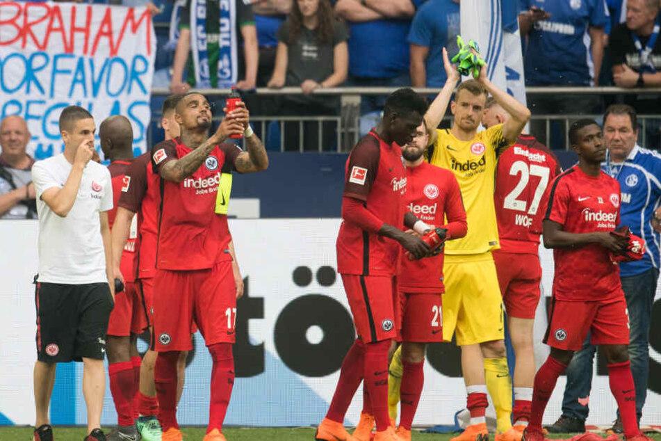 Nach dem Abpfiff auf Schalke waren die Eintracht-Kicker sichtlich niedergeschlagen.