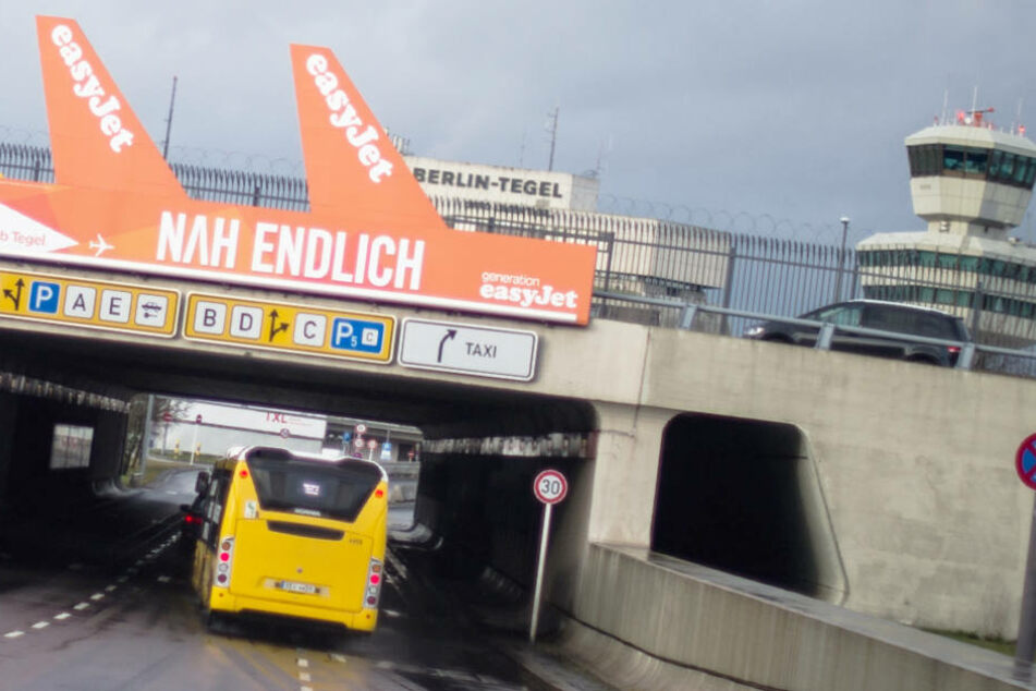 Eine Werbetafel von Easyjet an einer Brücke des Flughafens Berlin-Tegel.