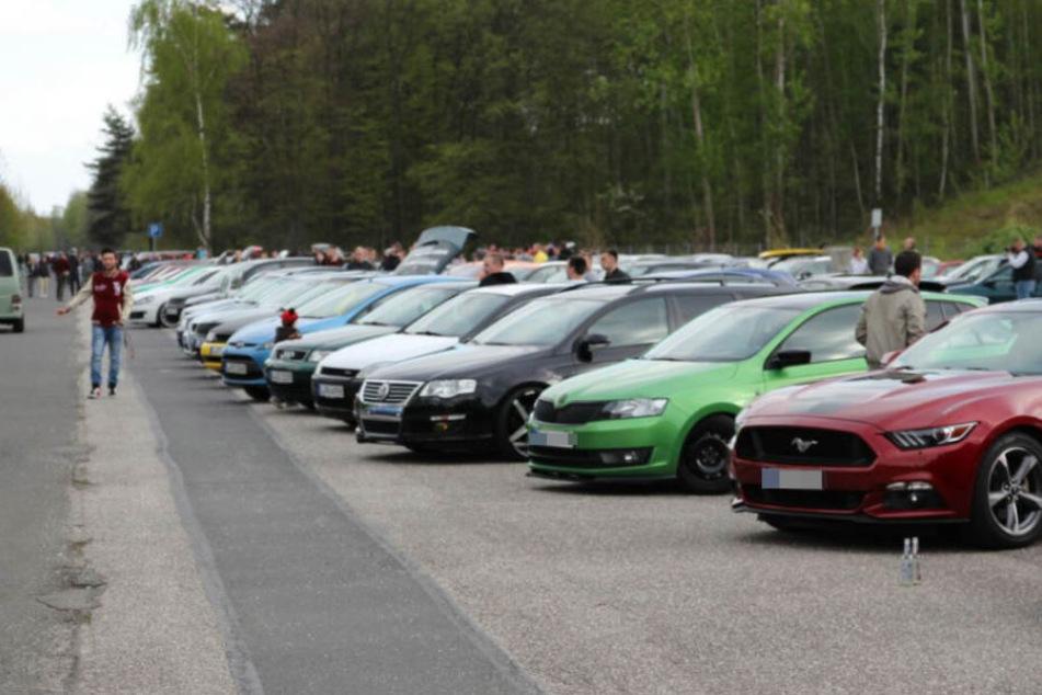 """Rund 200-300 Tuning-Boliden standen am sogenannten """"Car-Freitag"""" auf dem Parkplatz am Naunhofer Autobahnsee."""