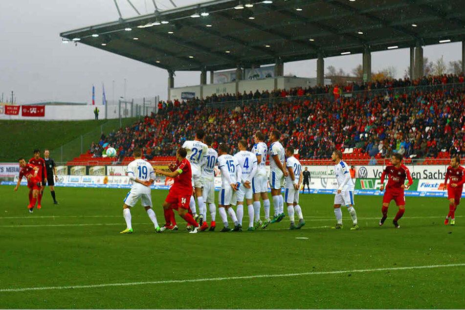 Patrick Göbel zirkelt den Freistoß perfekt über die Mauer der Sportfreunde.
