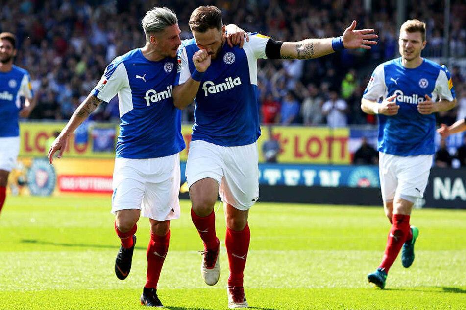 Jubel gegen Braunschweig: Kiels Kapitän Rafael Czichos (r.) und der vierfache Torschütze beim 6:2-Kantersieg gegen Eintracht Braunschweig - Steven Lewerenz (l.).