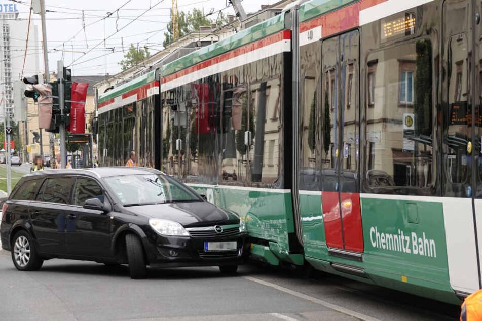 Ein Opel krachte mit einer Citybahn zusammen.