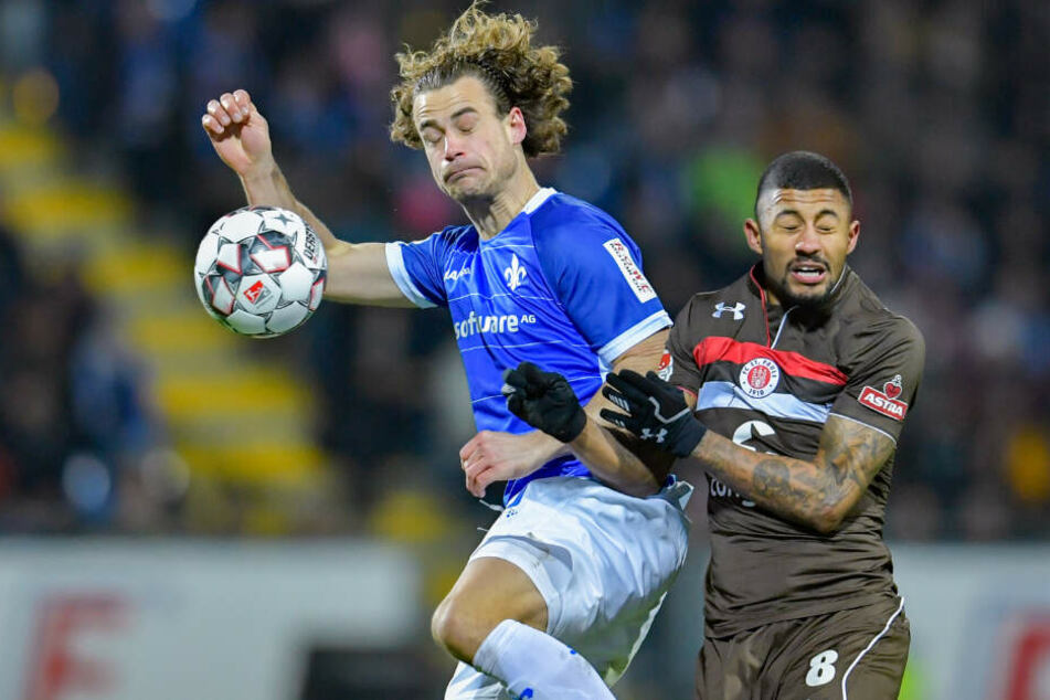 Augen zu und durch! Darmstadts Yannick Stark und St. Paulis Jeremy Dudziak kämpfen um den Ball.