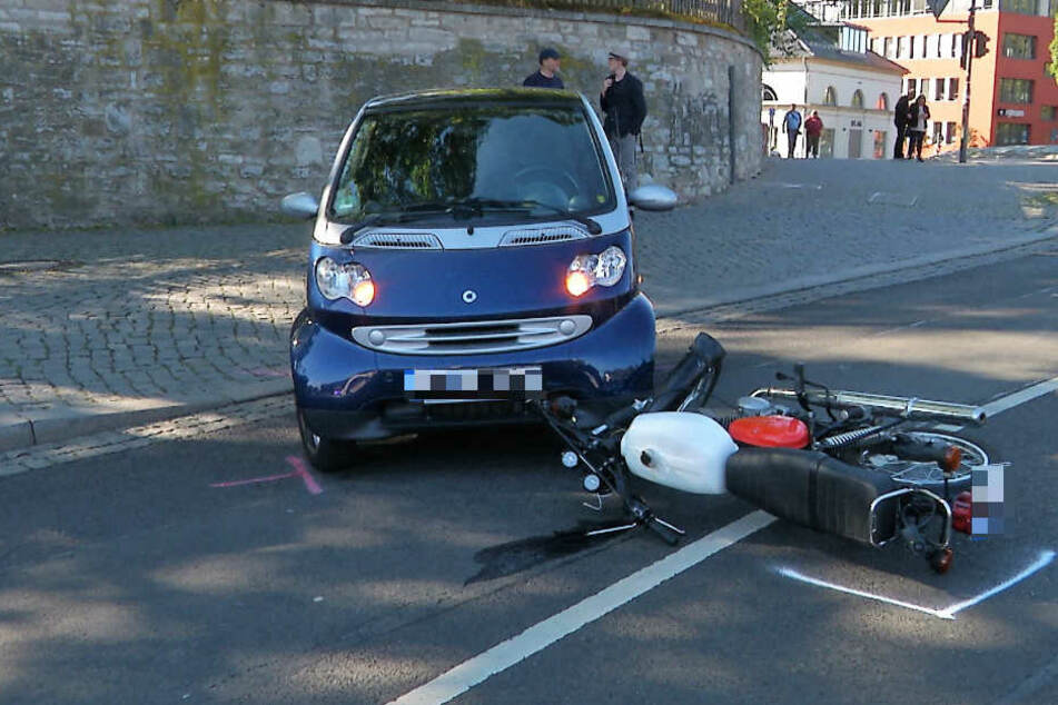 Der Mopedfahrer wurde bei dem Unfall verletzt.