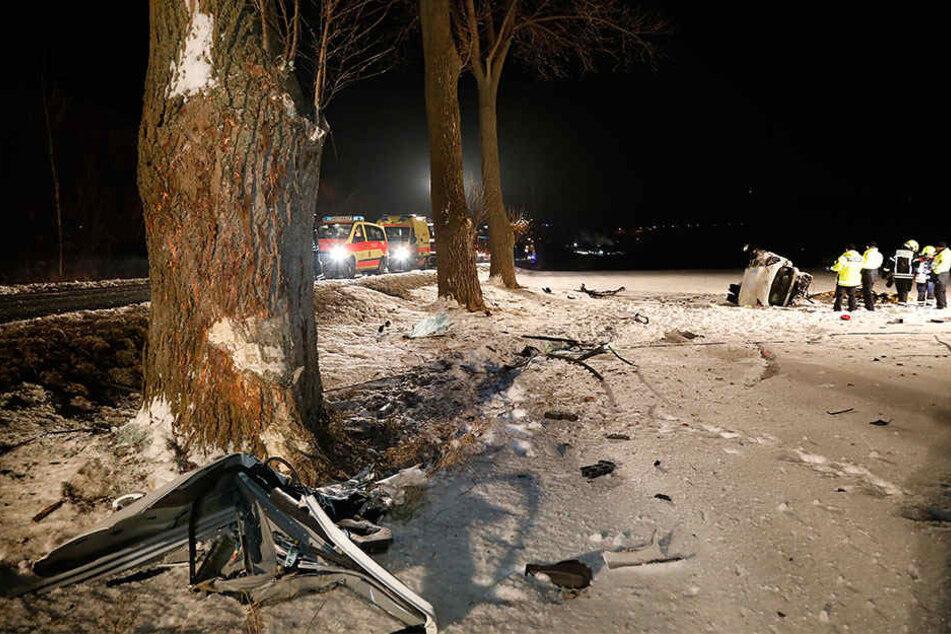 Der Opel krachte an einen Baum und überschlug sich.