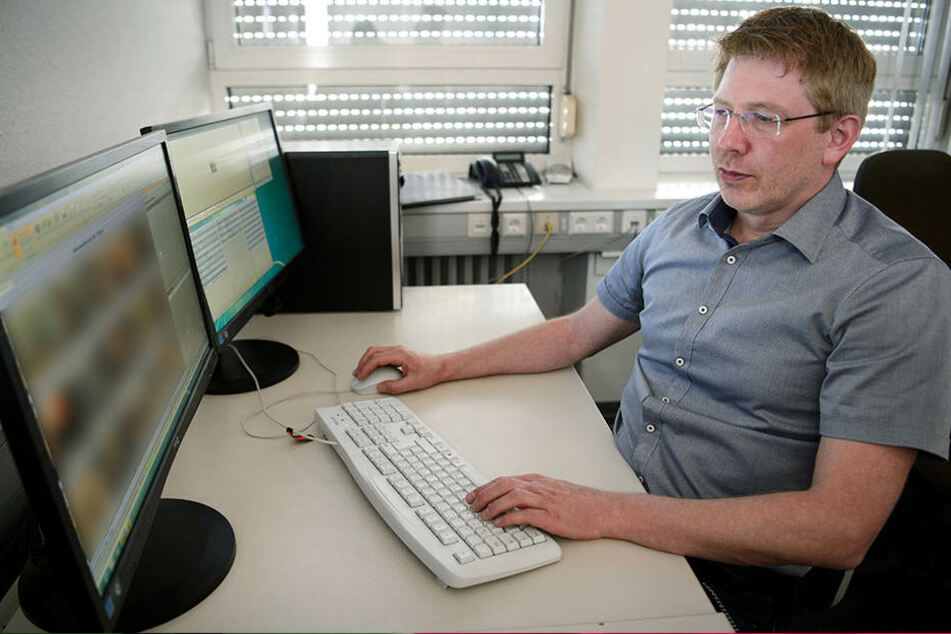 Achim Holzmann, Ermittler des Polizeipräsidiums Heilbronn im Bereich Kinderpornografie, sichtet pornografisches Bildmaterial auf einem Bildschirm.