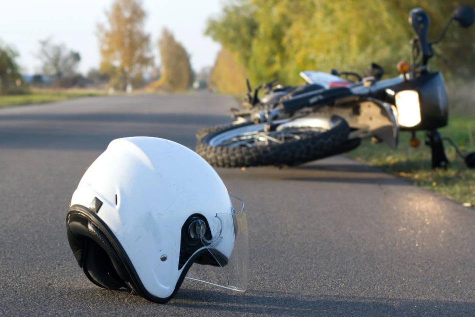 Beim Abbiegen übersehen: Motorradfahrer knallt gegen Traktor