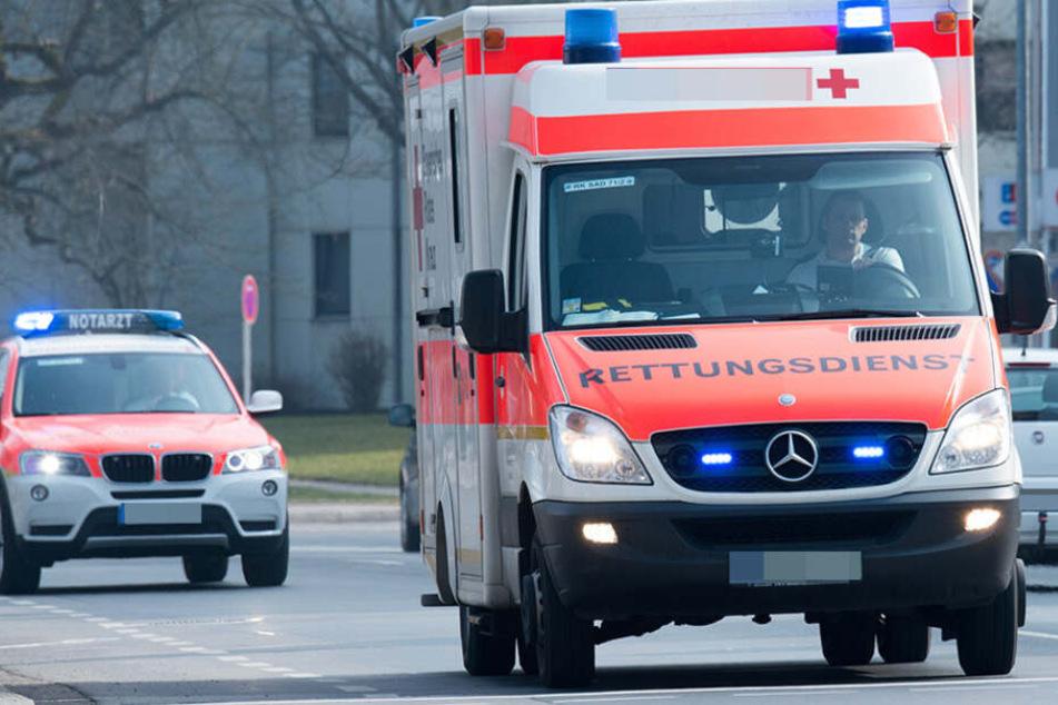 Schwer verletzt: Frau will mit Kind über Straße laufen und wird von Tram erfasst