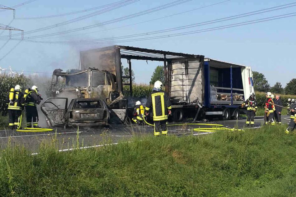 Beide Fahrzeuge brannten bei dem Unfall komplett aus.