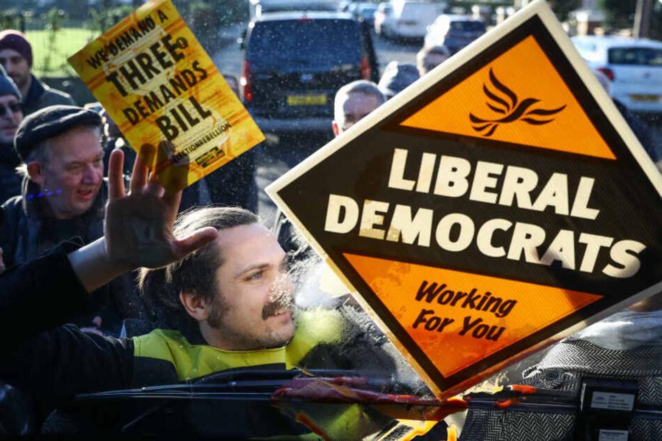 Als Biene verkleidet: Aktivist klebt sich an Wahlkampfbus
