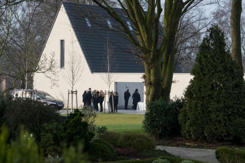Auf einem Friedhof in Lünen nehmen Familie und Freunde Abschied.