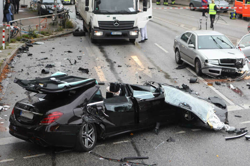Der Mercedes wurde durch die Wucht des Aufpralls auseinandergerissen.