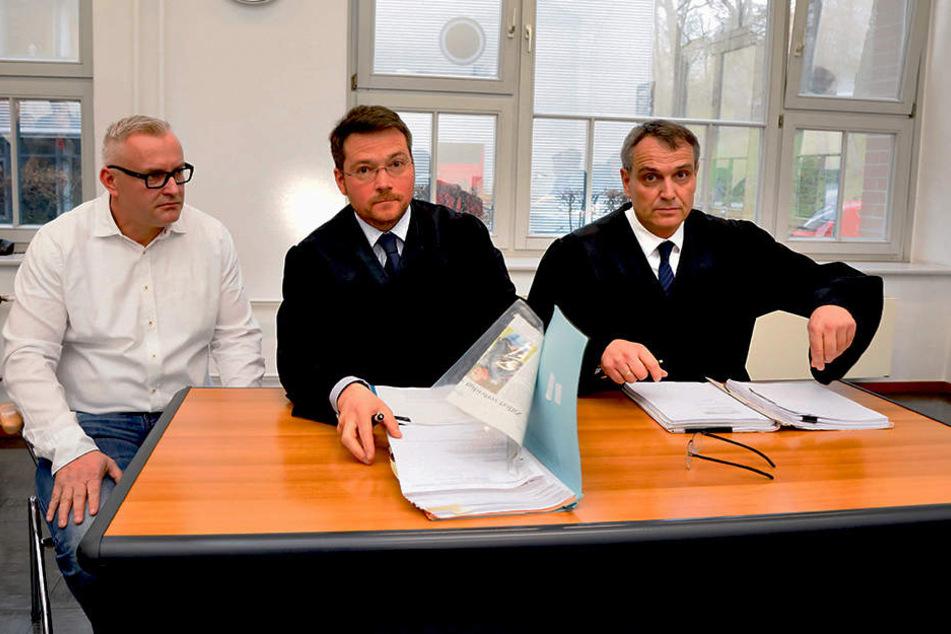 FCE-Geschäftsführer Michael Voigt (44, l.) vertrat gemeinsam mit den Anwälten  Kay Werner und Friedrich Meyer (v.l.) den Verein.