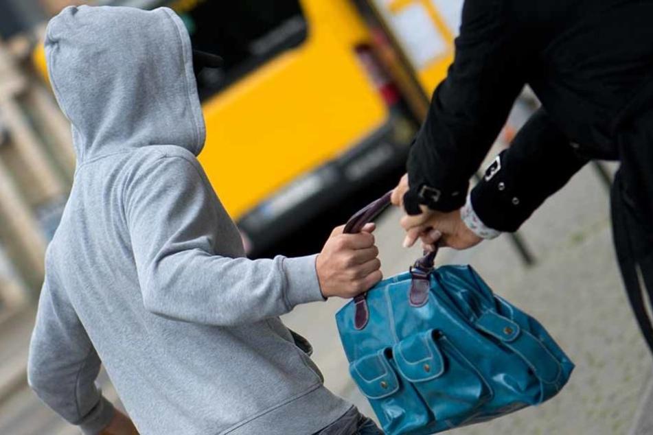Handtasche sowie Smartphone haben zwei junge Männer einer 21-Jährigen geraubt. Mit der Beute kamen sie aber nicht weit. (Symbolfoto)