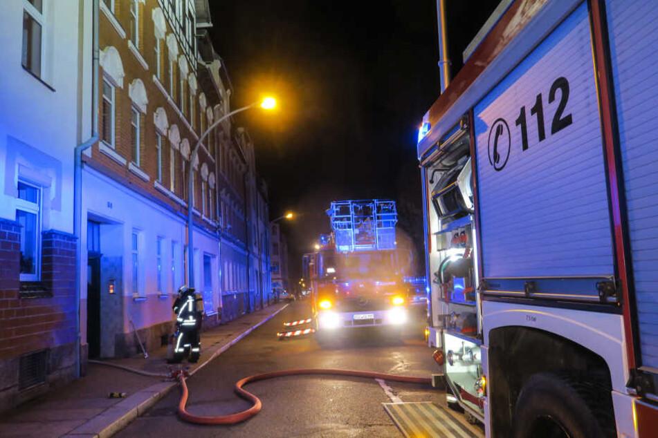Die Feuerwehr im Löscheinsatz am Freitagabend in Aue.