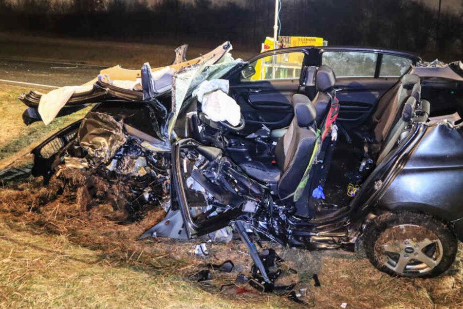 Auch von dem zweiten Wagen blieb nur ein zertrümmertes Wrack übrig.